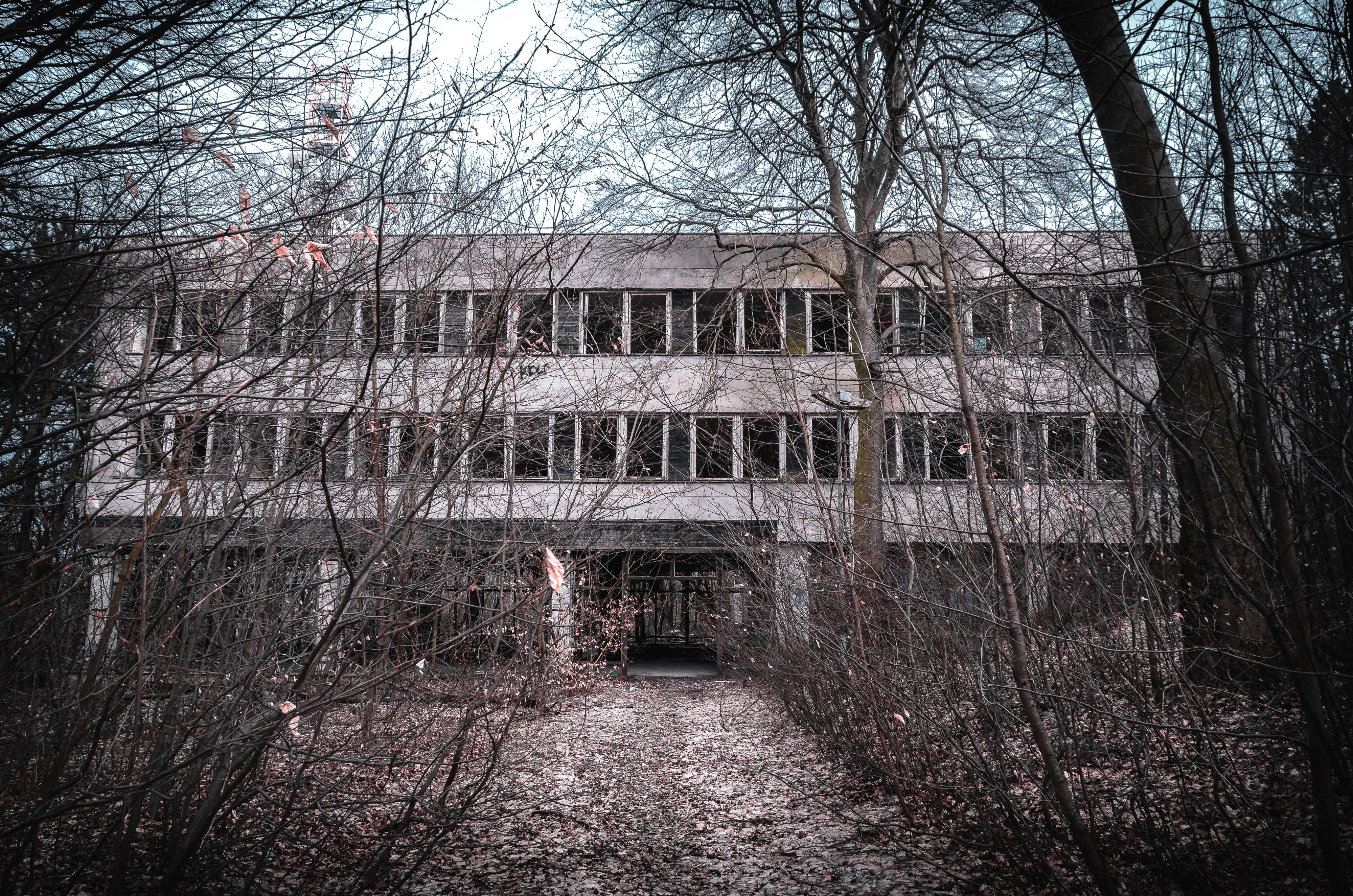 Majestátna budova kasární hostila stovky vojakov. Dnes by sa do nej v noci odvážil vstúpiť len málokto...