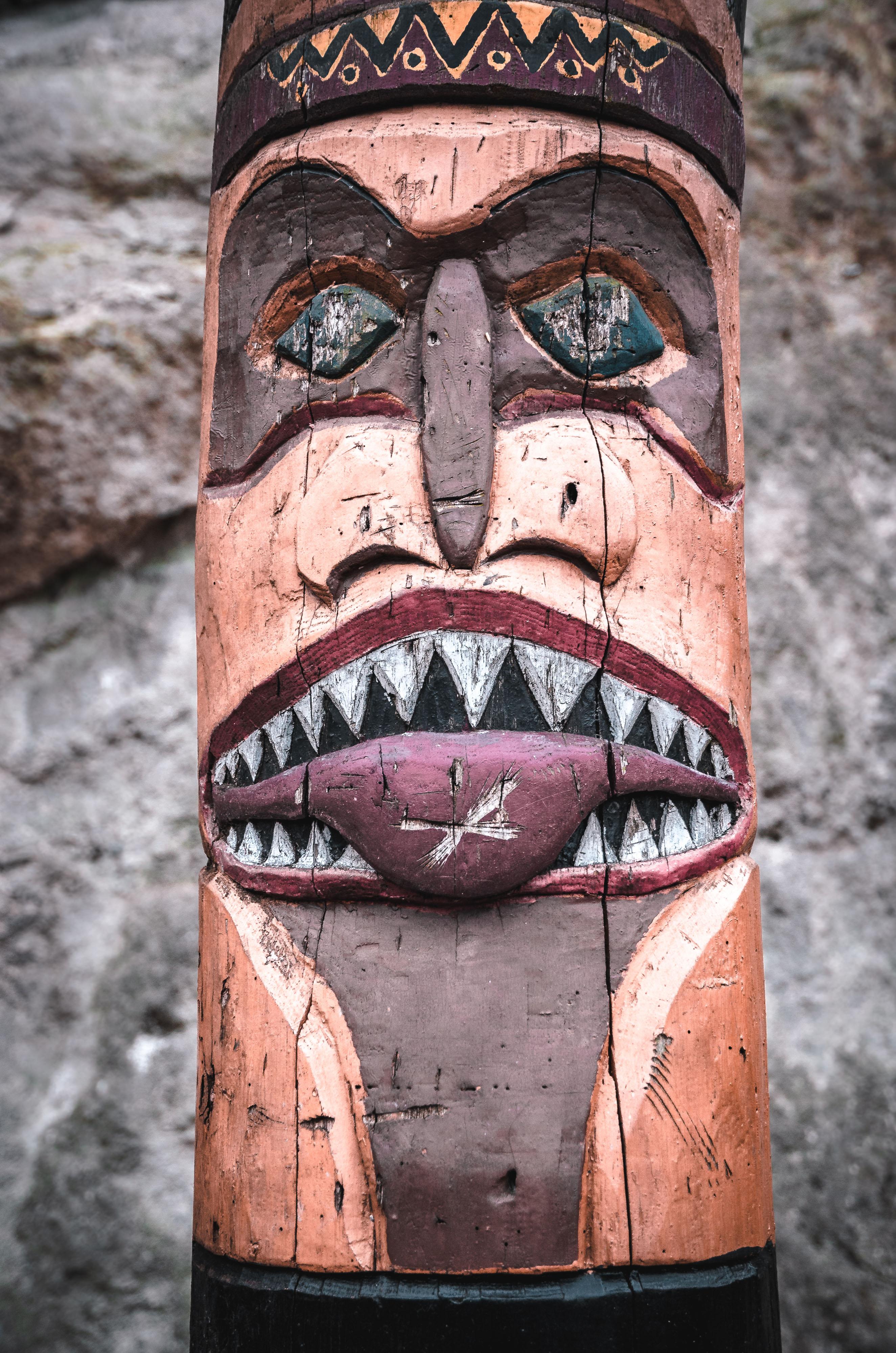 Abstraktné stvárnenia mýtických bytostí zdobia precízne vyrezávané totemy